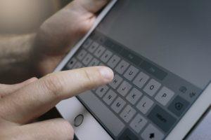 タブレットのキーボードに触れようとしている