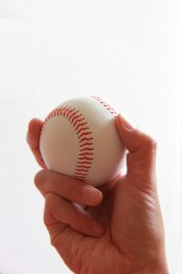 野球のボールを握りしめる