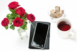 スマホと花とコーヒ